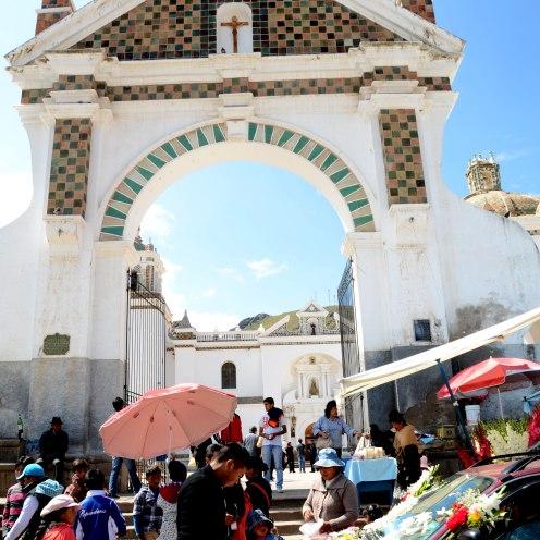 Cola de autos frente a la Iglesia del pueblo